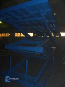 Двухножничный подъемный стол на складе