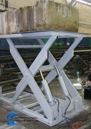 Одноножничный подъемный стол на складе